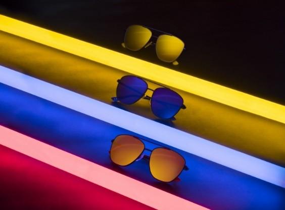 """f8e1746cb Durante a Black Friday, a Hawkers, marca espanhola de óculos de sol, lança  uma promoção muito especial para todos os itens de suas coleções: """"Leve 2,  ..."""