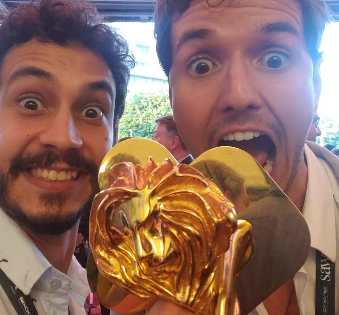 Rafael Vallaperde e Milton Menezes da Lightfarm com o Leão de Ouro