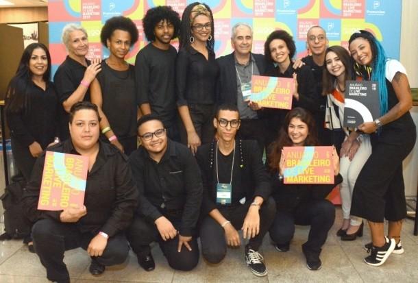 Equipe Promoview e do projeto Transempregos comemoram durante o Lançamento do Anuário 2019.