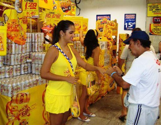 Distribuição de brindes atrai o consumidor.