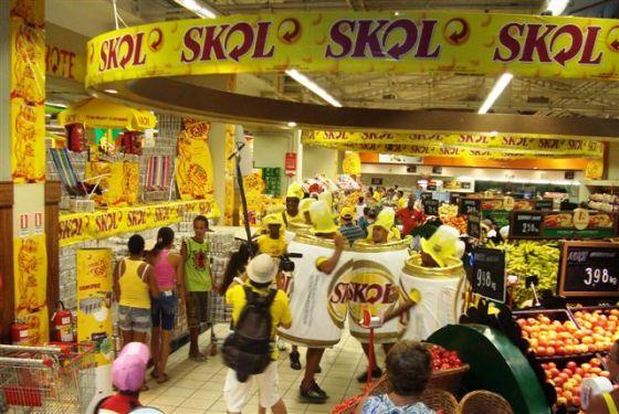 Os homens lata da Skol fizeram a maior folia no ponto de venda.