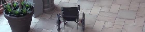 Cadeira de rodas persegue quem dispensa panfleto