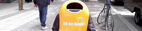 Robô pede para que as pessoas não joguem lixo na rua